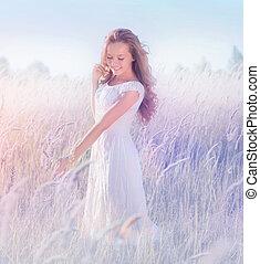 Ein wunderschönes, romantisches Mädchen, das die Natur genießt.