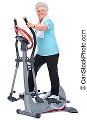 Eine ältere Frau, die auf Stepper trainiert