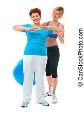 Eine ältere Frau, die Fitnessübungen macht