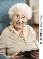 Eine ältere Frau, die sich ein Bild ansieht