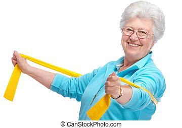 Eine ältere Frau im Fitnessstudio