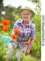 Eine ältere Frau im Garten