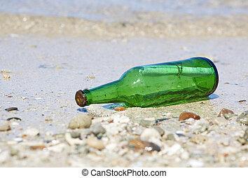 Eine Flasche mit Botschaft am Strand