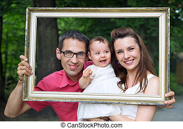 Eine fröhliche Familie, die sich mit dem Rahmen ausgibt.
