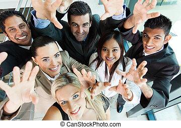 Eine fröhliche Gruppe von Geschäftsleuten reicht aus.