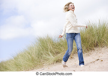 Eine Frau, die am Strand lächelt