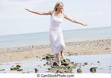 Eine Frau, die auf dem Strandweg lächelt
