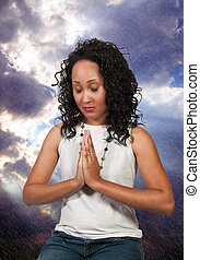 Eine Frau, die betet