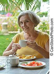 Eine Frau, die Frühstück isst.