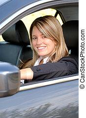 Eine Frau, die ihr Auto fährt