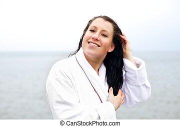 Eine Frau, die ihr Haar mit ihren Fingern kämmt