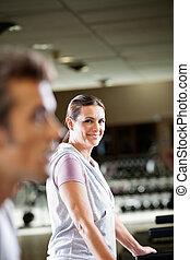 Eine Frau, die im Fitnessclub trainiert