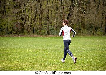 Eine Frau, die in der Natur läuft.