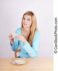 Eine Frau, die Kaffee trinkt.