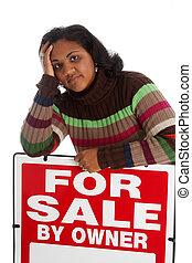 Eine Frau, die zu Hause verkauft