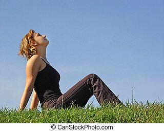 Eine Frau im Gras