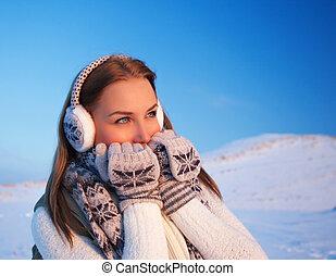 Eine Frau im Winterurlaub