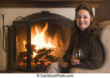 Eine Frau im Wohnzimmer mit einem Lächeln