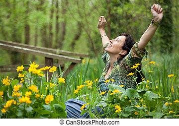 Eine Frau in Blumen