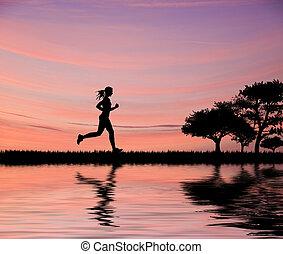 Eine Frau jogger silhouette gegen den schönen Sonnenuntergang, die durch Felder rennt