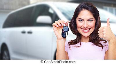 Eine Frau mit Autoschlüssel.