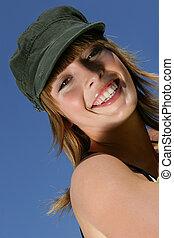 Eine Frau mit einem Hut draußen
