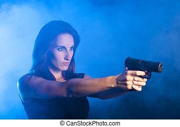 Eine Frau mit einer Waffe.