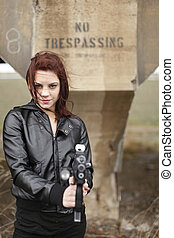 Eine Frau mit einer Waffe