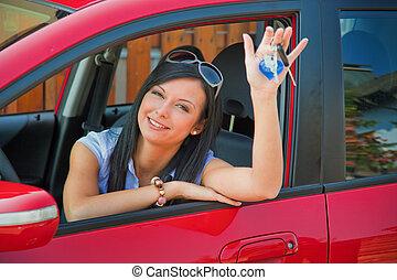 Eine Frau mit neuen Autoschlüsseln