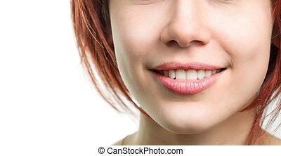 Eine Frau mit perfekten frischen Zähnen und Lippen