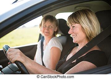 Eine Frau mit Tochter, die Auto fährt.