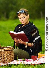 Eine Frau picknicken