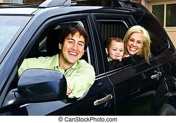Eine glückliche Familie im Auto