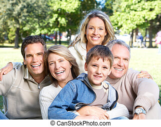 Eine glückliche Familie im Park