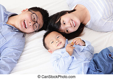 Eine glückliche Familie mit Kindern im Bett