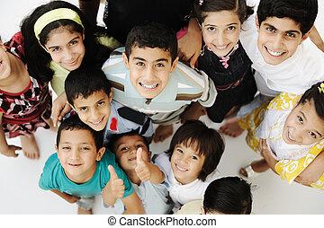 Eine große Gruppe glücklicher Kinder, unterschiedliche Altersstufen und Rassen, Massen