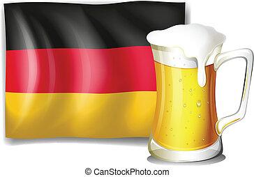 Eine große Tasse mit kaltem Bier vor der deutschen Flagge.