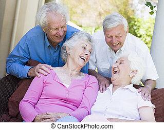 Eine Gruppe älterer Freunde lacht