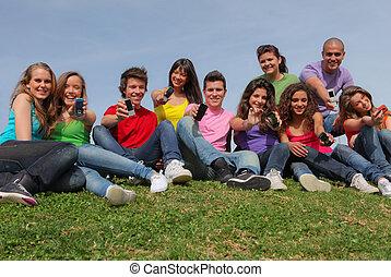 Eine Gruppe gemischter Rassen, die Handys oder Handys zeigt
