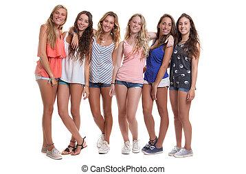 Eine Gruppe gesunder, brauner, lächelnder Teenager.