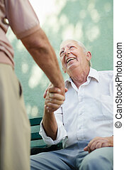 Eine Gruppe glücklicher älterer Männer lacht und redet