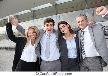 Eine Gruppe glücklicher Geschäftsleute, die draußen stehen
