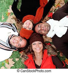 Eine Gruppe glücklicher junger Erwachsener im Herbst