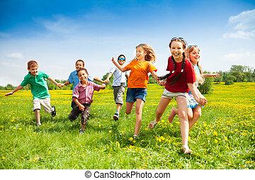 Eine Gruppe glücklicher Kinder