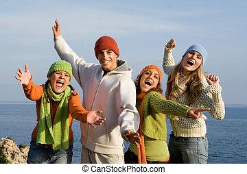 Eine Gruppe glücklicher lächelnder Teenager, die singen oder schreien