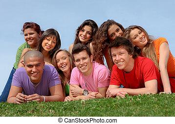 Eine Gruppe glücklicher, lächelnder Teenagerfreunde