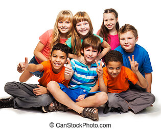 Eine Gruppe glücklicher, unterschiedlich aussehender Jungs und Gier