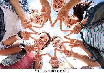 Eine Gruppe Jugendlicher, die Finger 5 zeigen.