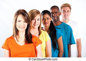 Eine Gruppe junger, multirassischer Menschen.
