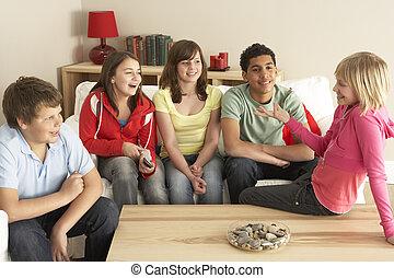 Eine Gruppe Kinder, die zu Hause plaudern